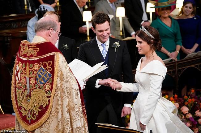 Không chỉ hở bạo, váy cưới của cháu gái Nữ hoàng Anh còn có điểm đặc biệt này khác xa Meghan Markle và Kate Middleton - Ảnh 7.