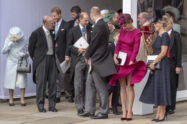 Nổi tiếng với tuyệt chiêu chống tốc váy nhưng Công nương Kate lại suýt có khoảnh khắc Marilyn Monroe khi dự đám cưới Hoàng gia - Ảnh 2.