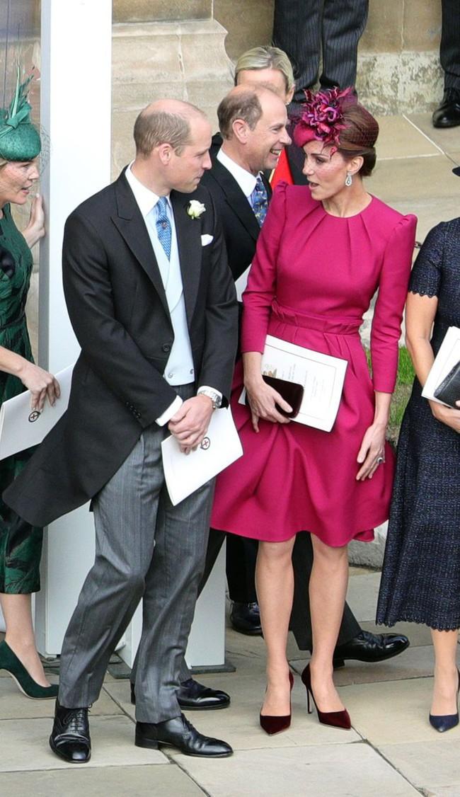 Nổi tiếng với tuyệt chiêu chống tốc váy nhưng Công nương Kate lại suýt có khoảnh khắc Marilyn Monroe khi dự đám cưới Hoàng gia - Ảnh 3.
