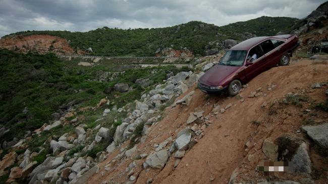 Phát hiện điểm vô lý trong cảnh Khả Ngân lao xe xuống vực của Hậu duệ mặt trời bản Việt - Ảnh 1.