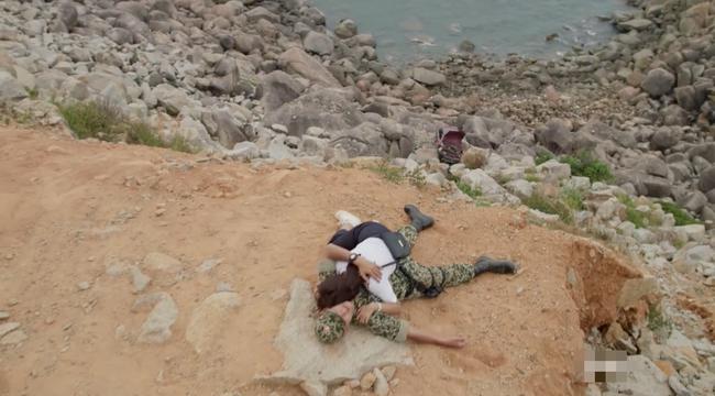 Phát hiện điểm vô lý trong cảnh Khả Ngân lao xe xuống vực của Hậu duệ mặt trời bản Việt - Ảnh 12.