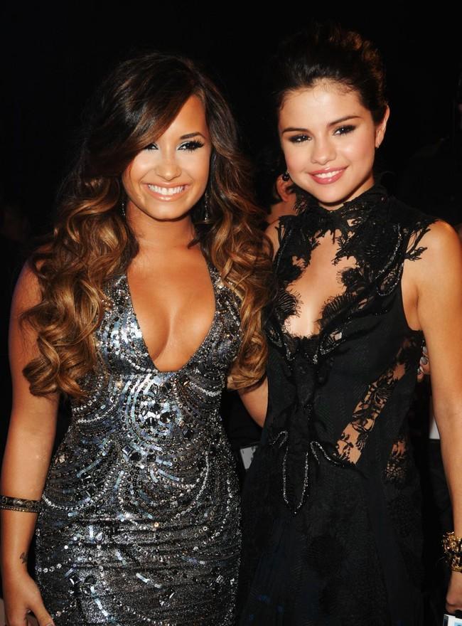 Đang ở trung tâm cai nghiện, Demi Lovato suy sụp khi nghe tin bạn thân Selena Gomez mang bệnh nặng - Ảnh 2.