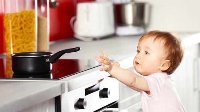 Hình ảnh đáng thương của bé gái này sẽ khiến các mẹ không bao giờ dám để con trong xe tập đi và nấu ăn - Ảnh 5.
