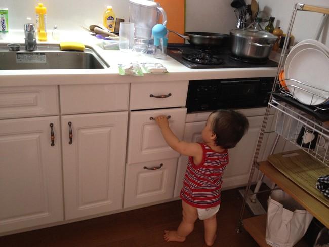 Hình ảnh đáng thương của bé gái này sẽ khiến các mẹ không bao giờ dám để con trong xe tập đi và nấu ăn - Ảnh 4.