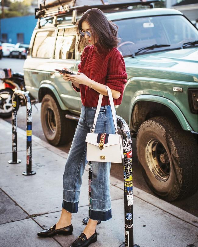 """""""Ngôi sao"""" của mùa đông chính là quần jeans và 15 set đồ sau sẽ giúp các nàng biến hóa tài tình với item này - Ảnh 1."""