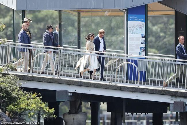 Ngay sau ngày công bố tin bầu bí, chỉ một hành động nhỏ đã thể hiện Meghan Markle tinh ý hơn chị dâu Kate Middleton - Ảnh 8.