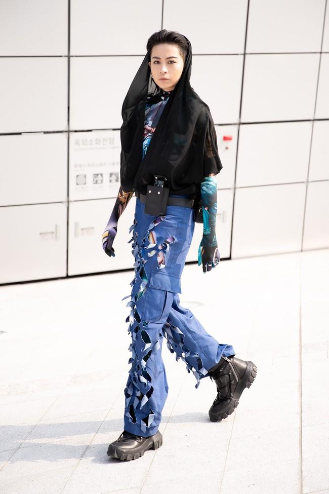 Xuất hiện hai siêu nhân từ Vbiz đến Seoul Fashion Week: Một người là Gil Lê, người còn lại đố bạn biết? - Ảnh 1.