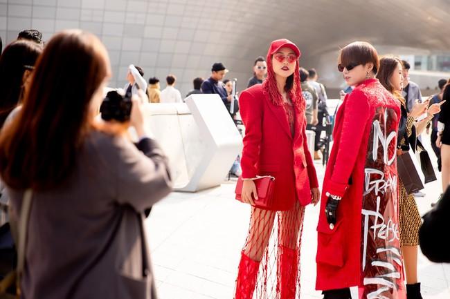 Xuất hiện hai siêu nhân từ Vbiz đến Seoul Fashion Week: Một người là Gil Lê, người còn lại đố bạn biết? - Ảnh 9.