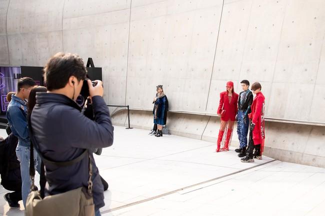 Xuất hiện hai siêu nhân từ Vbiz đến Seoul Fashion Week: Một người là Gil Lê, người còn lại đố bạn biết? - Ảnh 10.