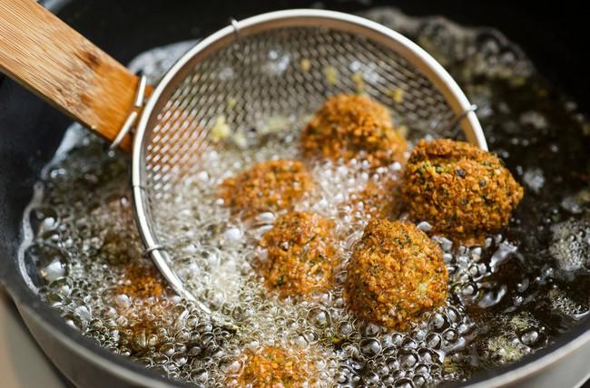 2 sai lầm phổ biến nhất khiến dầu ăn trở thành thuốc độc trên mâm cơm, thói quen thứ 2 nhà nào cũng mắc! - Ảnh 2.