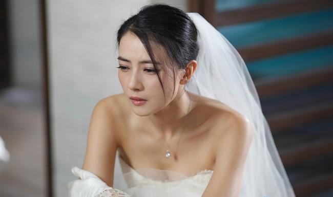 Quá khứ kinh hoàng bị phơi bày ngay giữa lễ đường, cô dâu ôm váy bỏ trốn khỏi đám cưới của chính mình - Ảnh 3.