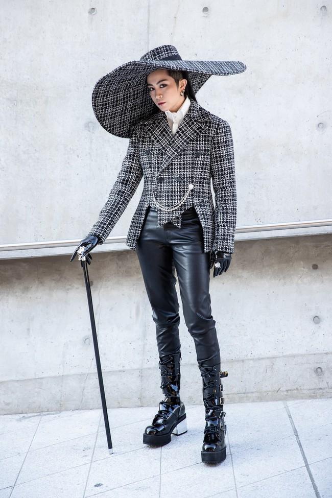 Gil Lê tóc dài lạ lẫm cùng mũ khổng lồ, MC Hoàng Anh thời thượng với phong quân đội đổ bộ Seoul Fashion Week - Ảnh 4.