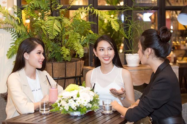 Cuộc gặp hiếm có của các đại diện Việt thi Hoa hậu Quốc tế: Nguyễn Thúc Thùy Tiên đẹp dịu dàng bên đàn chị - Ảnh 3.