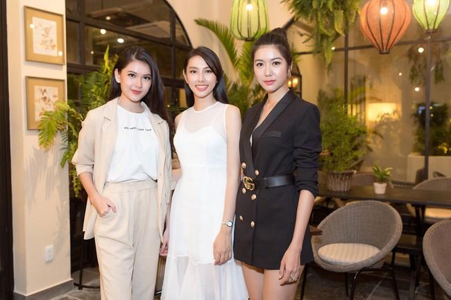 Cuộc gặp hiếm có của các đại diện Việt thi Hoa hậu Quốc tế: Nguyễn Thúc Thùy Tiên đẹp dịu dàng bên đàn chị - Ảnh 1.