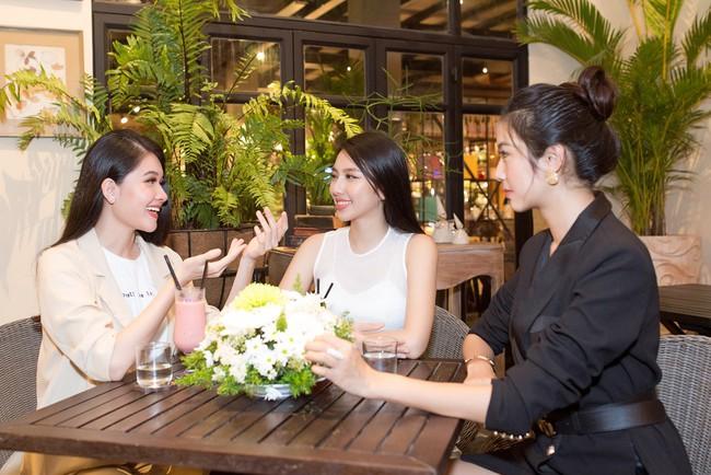 Cuộc gặp hiếm có của các đại diện Việt thi Hoa hậu Quốc tế: Nguyễn Thúc Thùy Tiên đẹp dịu dàng bên đàn chị - Ảnh 5.