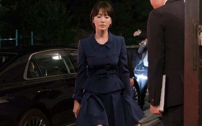 Ngoài kiểu tóc 10 năm không đổi, chiếc túi này của Song Hye Kyo còn khiến dân tình réo tên Hậu Duệ Mặt Trời - Ảnh 1.