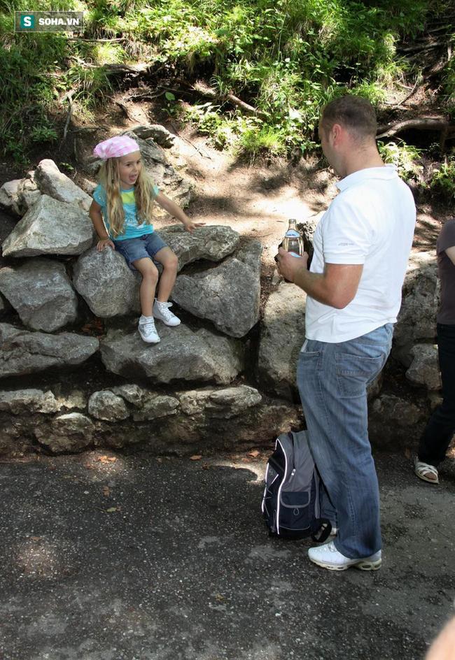 Thấy con gái mắc kẹt trên tường đá, thái độ lạ thường của ông bố khiến mọi người nể phục - Ảnh 1.