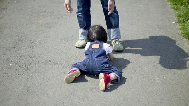Thấy con gái mắc kẹt trên tường đá, thái độ lạ thường của ông bố khiến mọi người nể phục - Ảnh 3.