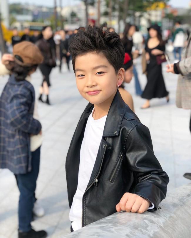 Cứ đến Seoul Fashion Week, dân tình chỉ ngóng trông street style vừa chất vừa yêu của những fashionista nhí này - Ảnh 5.