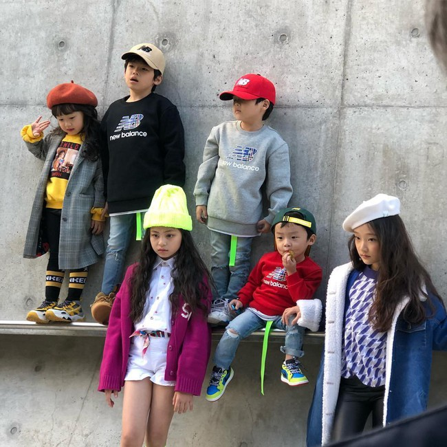 Cứ đến Seoul Fashion Week, dân tình chỉ ngóng trông street style vừa chất vừa yêu của những fashionista nhí này - Ảnh 1.