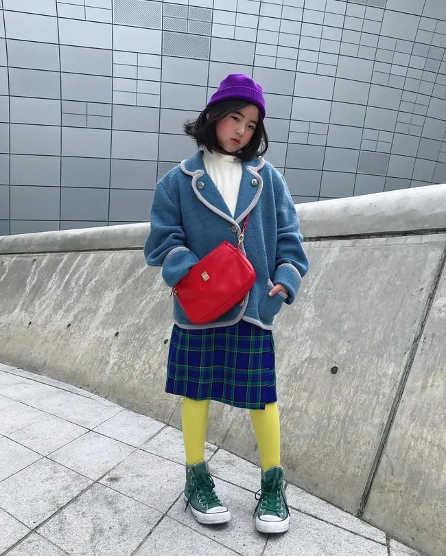Cứ đến Seoul Fashion Week, dân tình chỉ ngóng trông street style vừa chất vừa yêu của những fashionista nhí này - Ảnh 3.