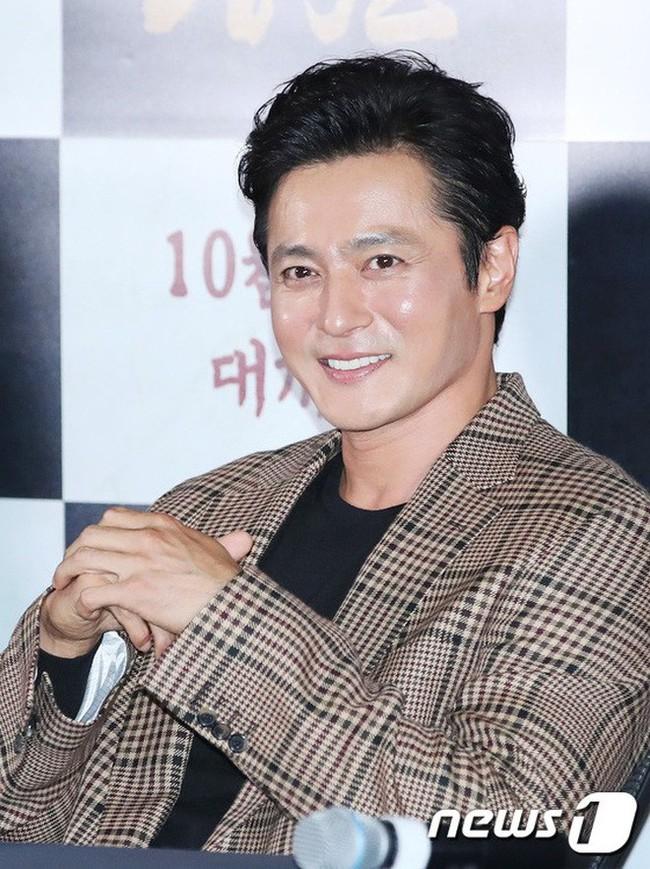Cùng đẹp trai phong độ, Hyun Bin và Jang Dong Gun hôm qua còn có chung cả làn da bóng nhẫy như vừa skincare 10 bước - Ảnh 3.