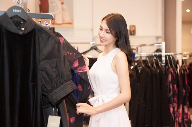 Nguyễn Thúc Thùy Tiên cực sang chảnh đi thử kho đồ hiệu trước ngày lên đường thi Hoa hậu Quốc tế - Ảnh 4.