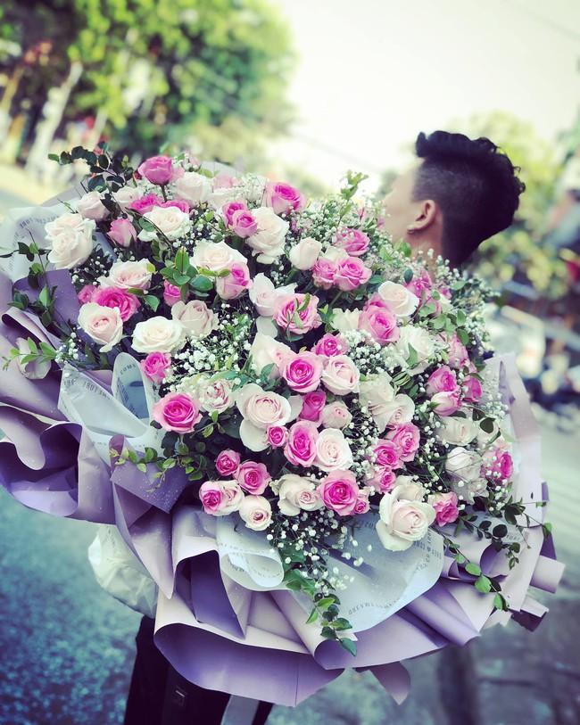 Vừa gặp đồng nghiệp mua hoa lúc sáng, tối về đã thấy trên bàn của vợ và sự thật khủng khiếp được phanh phui - Ảnh 1.