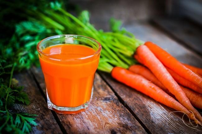 Những lợi ích không ngờ từ nước ép cà rốt mà khi ăn sống củ tươi cũng không làm được điều này - Ảnh 2.