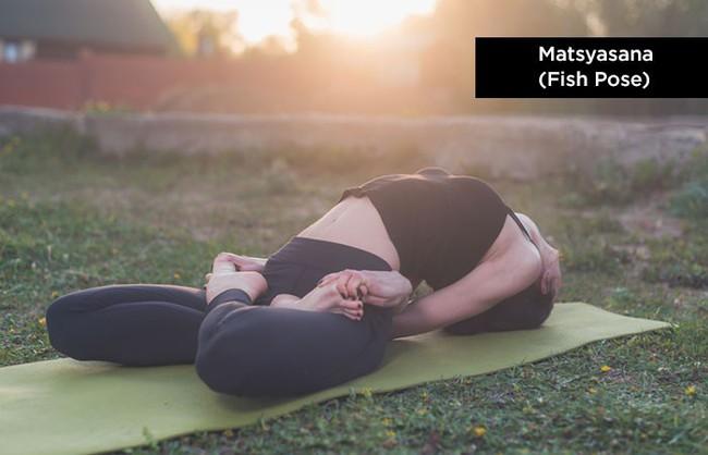 Thời tiết se lạnh, trải ngay thảm ra và tập những tư thế yoga siêu dễ để tăng cường miễn dịch - Ảnh 8.