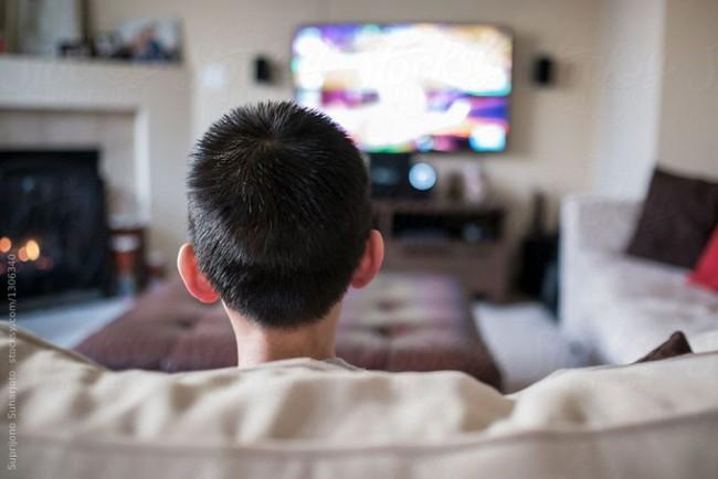 Dán mắt vào điện thoại gây hại cho 2 cậu bé 10 và 15 tuổi đến mức này: Lời cảnh tỉnh cho cả người lớn - Ảnh 4.