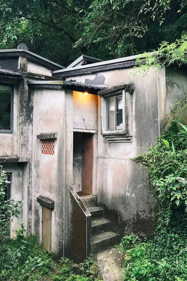 Ngôi nhà 40 năm tuổi rêu phong, cũ kỹ trên triền núi ấm áp tình thân của gia đình trẻ - Ảnh 2.