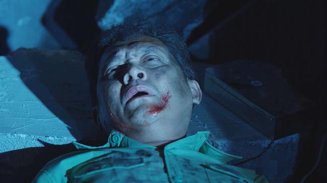 Đại úy Duy Kiên - Song Luân hy sinh dùng lưng đỡ đá cứu người trong Hậu duệ mặt trời bản Việt - Ảnh 5.