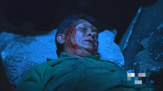 Đại úy Duy Kiên - Song Luân hy sinh dùng lưng đỡ đá cứu người trong Hậu duệ mặt trời bản Việt - Ảnh 7.