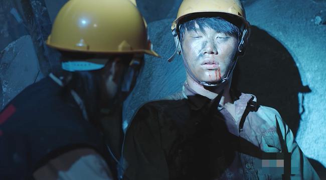 Đại úy Duy Kiên - Song Luân hy sinh dùng lưng đỡ đá cứu người trong Hậu duệ mặt trời bản Việt - Ảnh 4.