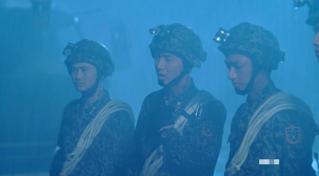 Đại úy Duy Kiên - Song Luân hy sinh dùng lưng đỡ đá cứu người trong Hậu duệ mặt trời bản Việt - Ảnh 1.