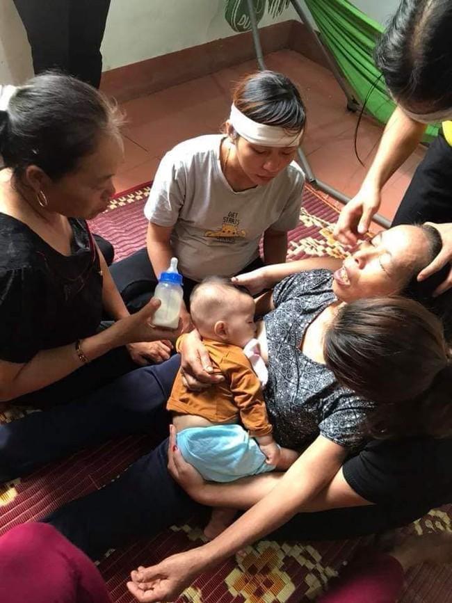 Tiếng khóc xé lòng của đứa trẻ 8 tháng tuổi, bú vú bà ngoại sau ngày người mẹ tử vong vì tai nạn giao thông - Ảnh 1.