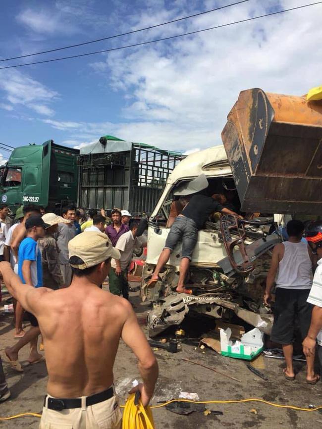 Sơn La: Huy động máy xúc tách hai chiếc xe tai nạn dính chặt nhau, đưa 10 người đi cấp cứu - Ảnh 4.