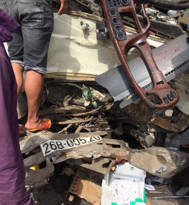 Sơn La: Huy động máy xúc tách hai chiếc xe tai nạn dính chặt nhau, đưa 10 người đi cấp cứu - Ảnh 3.