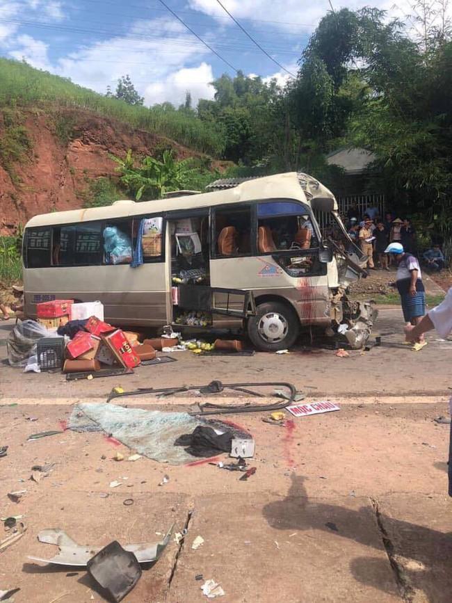 Sơn La: Huy động máy xúc tách hai chiếc xe tai nạn dính chặt nhau, đưa 10 người đi cấp cứu - Ảnh 1.