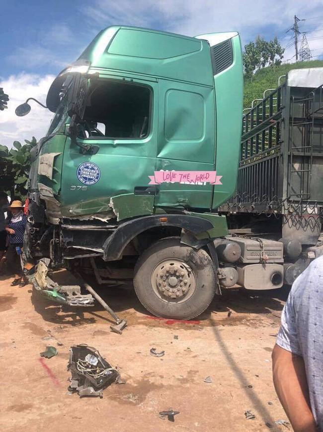 Sơn La: Huy động máy xúc tách hai chiếc xe tai nạn dính chặt nhau, đưa 10 người đi cấp cứu - Ảnh 2.