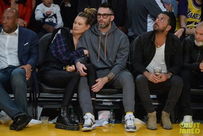 Bà xã của Adam Levine nhận được vô số lời khen vì ngoại hình trẻ trung nóng bỏng dù là mẹ hai con - Ảnh 1.