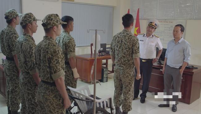 Bộ đội trong Hậu duệ mặt trời bản Việt cuối cùng cũng chịu làm theo quy định của Bộ Quốc Phòng - Ảnh 2.