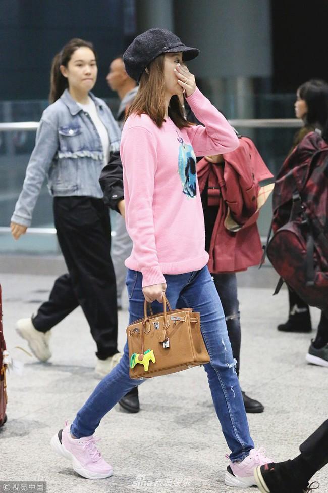 Lâm Tâm Như để mặt mộc, xuất hiện mỏi mệt ở sân bay với vòng 2 có phần lớn bất thường  - Ảnh 1.