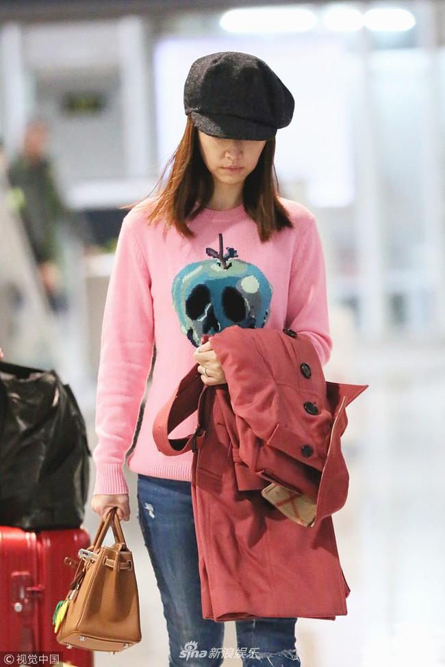 Lâm Tâm Như để mặt mộc, xuất hiện mỏi mệt ở sân bay với vòng 2 có phần lớn bất thường  - Ảnh 2.