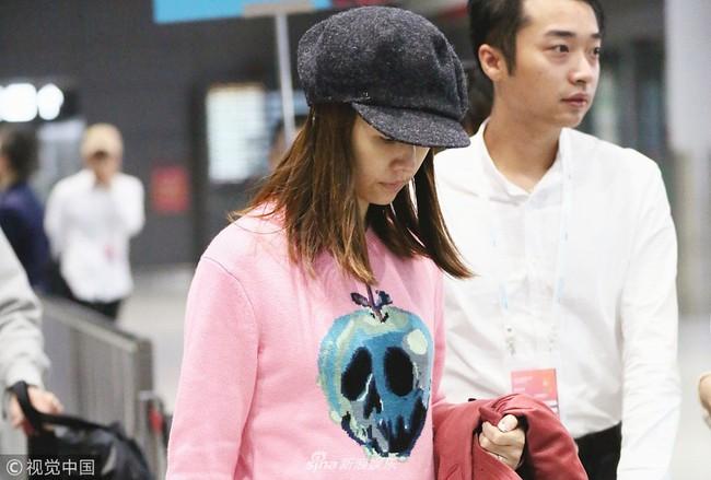 Lâm Tâm Như để mặt mộc, xuất hiện mỏi mệt ở sân bay với vòng 2 có phần lớn bất thường  - Ảnh 4.