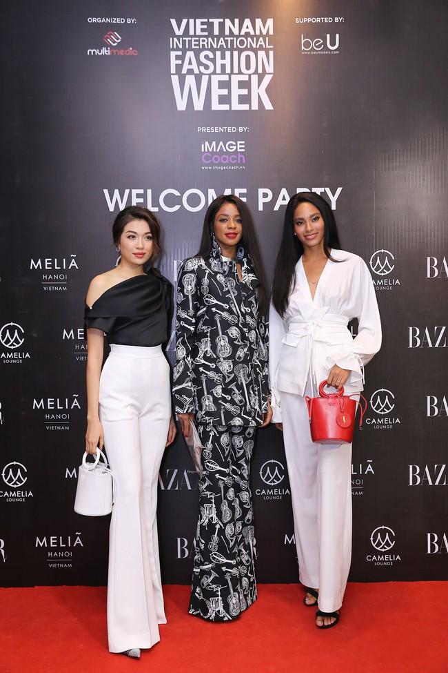 Á hậu Lệ Hằng hội ngộ cùng Á hậu Hoàn vũ Thế giới Raquel Pelissier trước thềm Vietnam International Fashion Week - Ảnh 1.