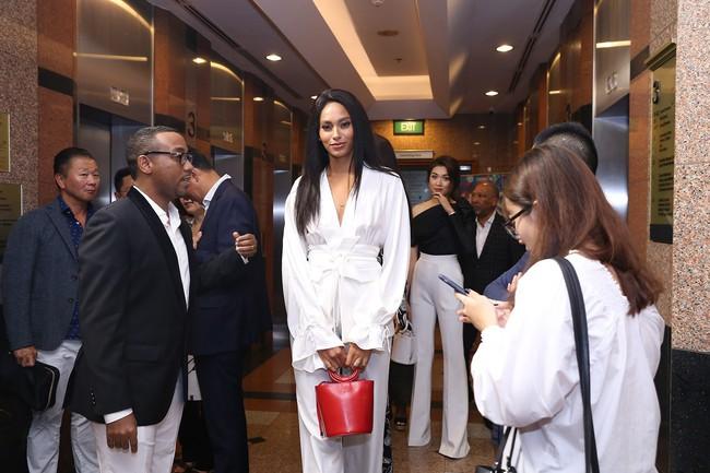 Á hậu Lệ Hằng hội ngộ cùng Á hậu Hoàn vũ Thế giới Raquel Pelissier trước thềm Vietnam International Fashion Week - Ảnh 2.