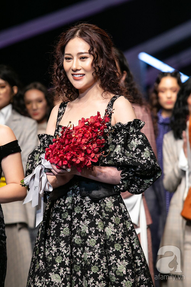 Thảm đỏ VIFW ngày 2: Thanh Hương diện váy xuyên thấu quyến rũ, khác hẳn vẻ kham khổ trong Quỳnh Búp Bê  - Ảnh 6.
