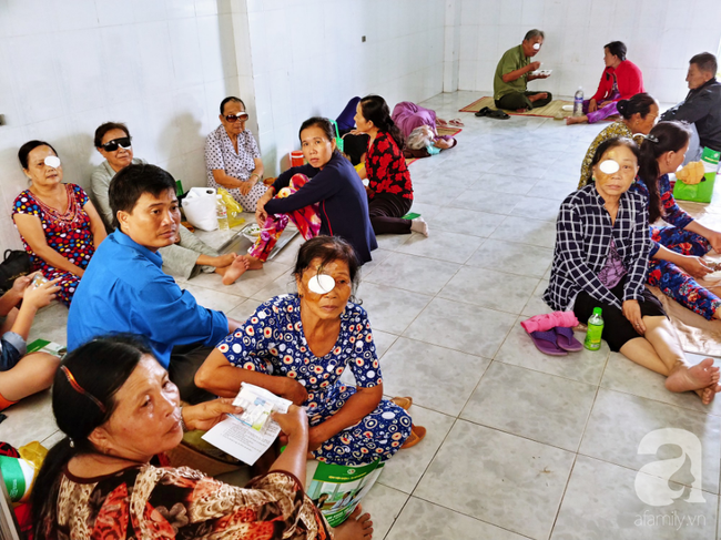 """Hơn 100 phụ nữ miền Tây nghèo bị bệnh """"ra khỏi nhà là té"""" được bác sĩ Sài Gòn đến cứu - Ảnh 14."""